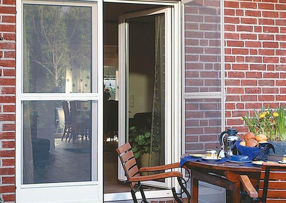 Москитные сетки на балконные и входные двери.